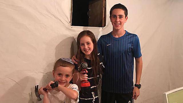 פטיש, מסמר: ילדי משפחת סופר מגבעת שמואל בסוכה שבדרך