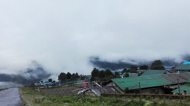 """הערפל הכבד בנפאל בעת החילוץ (צילום: בית חב""""ד בנפאל) (צילום: בית חב"""