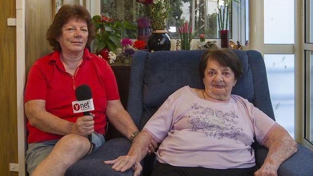 """""""הכשרתי בעצמי את המטפלת הנוכחית"""". שולה סנדר ואמה אדלה (צילום: עידו ארז)"""