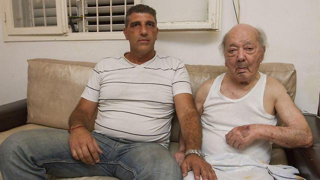 גבריאל מיימוני עם בנו עופר (צילום: עידו ארז)