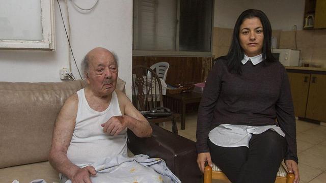 """""""אני מצפה שידאגו לו לאוכל"""". שפי וחמיה גבריאל מיימוני (צילום: עידו ארז)"""