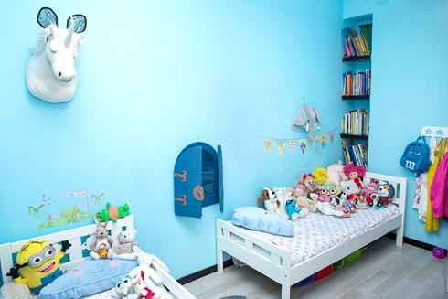 """חדר הילדים. """"אני מעודדת אותם שיבואו לידי ביטוי, ואני מקווה שתהיה להם אמירה והחדר יהפוך לממלכה שלהם"""" (צילום: ענבל מרמרי)"""