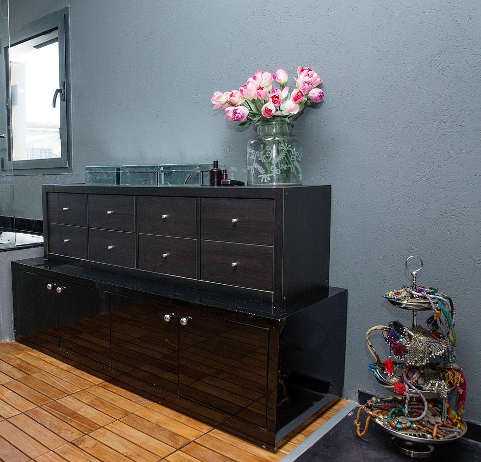"""""""רציתי תחושה של לופט ניו יורקי, לכן בחרנו לשמור על הקירות באפור כהה"""" (צילום: ענבל מרמרי)"""