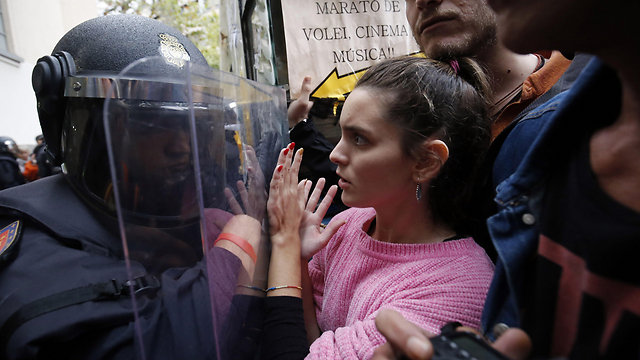 Police clashing with would-be voters in Barcelona (Photo: AFP)