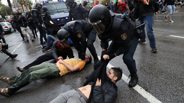 Police clashing with would-be voters in Barcelona (Photo: Reuters)