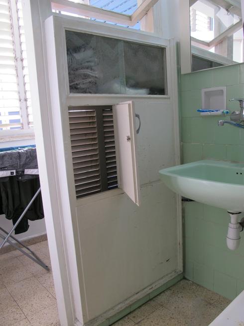 ארון האמבטיה. תא עליון לסבונים ותמרוקים, תאים תחתונים לכביסה מלוכלכלת