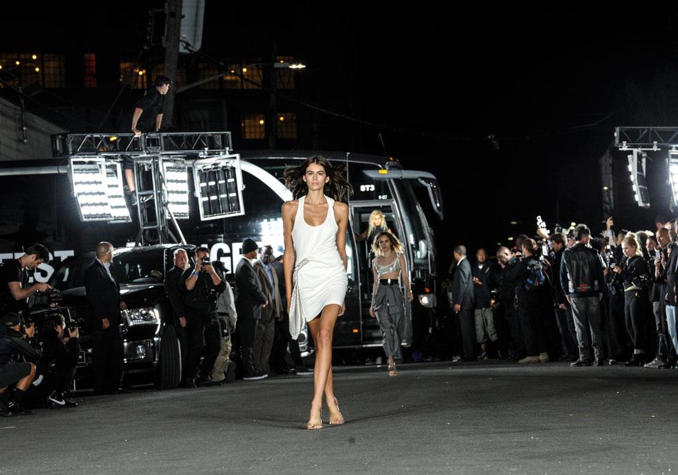 כוכבת המסלולים החדשה. קאיה גרבר פותחת את התצוגה החשובה של אלכסנדר וונג בניו יורק (צילום: AP)