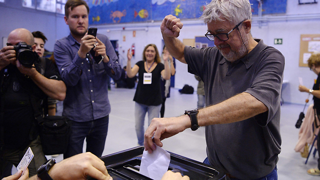 Casting ballots in Barcelona (Photo: AFP)