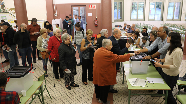 Casting ballots in Barcelona (Photo: Gettyimages)