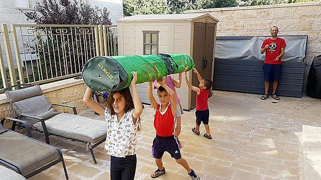הסבא הגאה צילם ושלח את הנכדים לבית וויל-שוורץ מירושלים