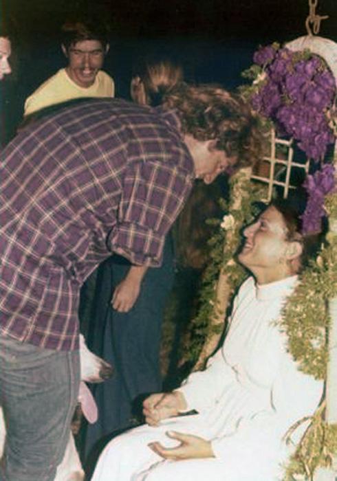 """יהלום בחתונתה, עם ארנון אפרתי, קטוע יד מהמלחמה. """"אמרו להורים שלי להתפלל"""" (צילום: דוד דסה)"""