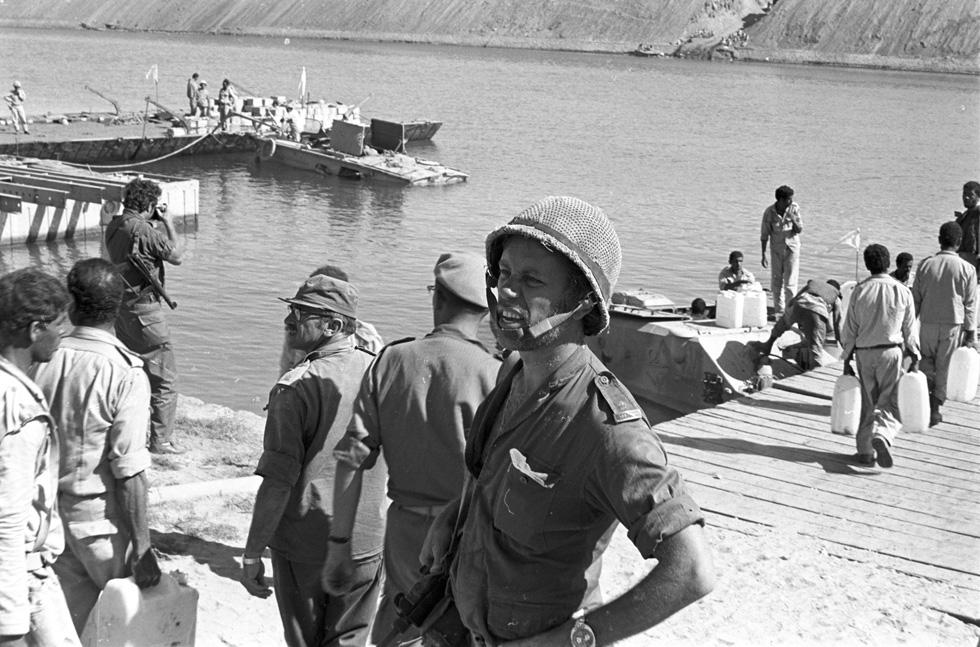 """חיילי צה""""ל והאו""""ם ליד תעלת סואץ במלחמת יום כיפור. """"פתאום מתקבלים דיווחים שהמצרים חוצים את התעלה. אמרתי למפקד שאני רוצה להישאר"""" (צילום: דוד רובינגר)"""