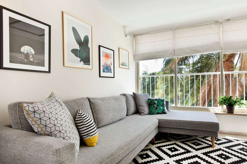 סלון בפרויקט של מידן להמן שעיצובו ארך שלושה ימים בלבד, כולל ריפוד מחדש של הספה (צילום: יונתן תמיר)
