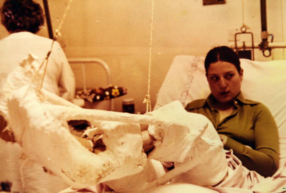 """בבית החולים, אחרי המלחמה. """"בהתחלה הייתי עם דופק חלש ושמעתי את הרופאים מדברים עליי ואומרים שכנראה לא אשרוד את הלילה""""  (צילום רפרודוקציה: יריב כץ)"""