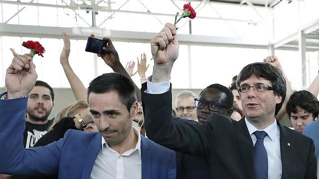 הבטיח להכריז על עצמאות בתוך 48 שעות אם יהיה רוב בעד עצמאות. נשיא קטלוניה קרלס פוג'דמון (מימין) (צילום: EPA) (צילום: EPA)