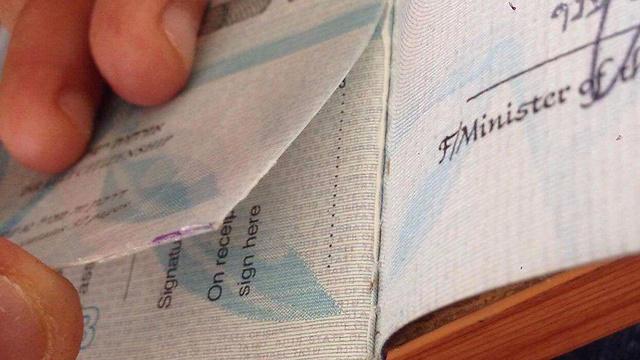 """""""הפקיד החזיר לי את הדרכון עם קרע שלא היה שם לפני"""""""
