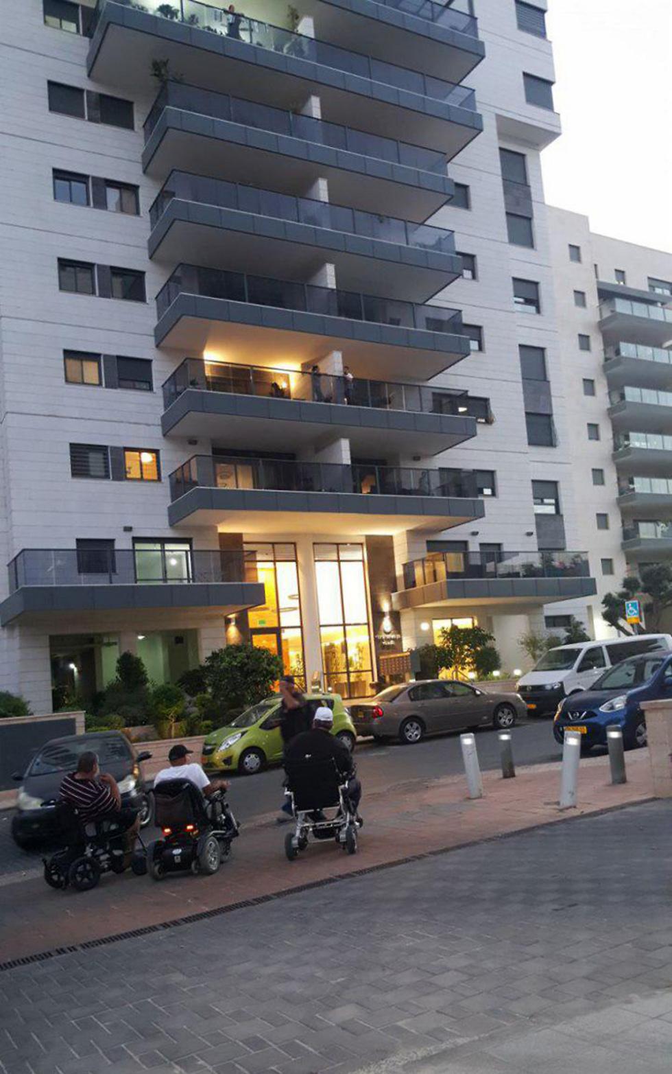 """הנכים הערב ליד ביתו של חבר הכנסת ביטן (צילום: """"הנכים הופכים לפנתרים"""")"""