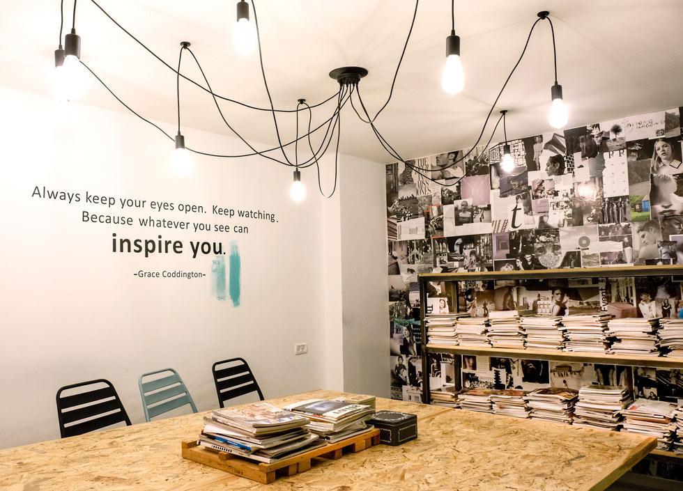קרן פז. הלקוחה יצרה קיר השראה במקום טפט (צילום: שחר יונתן)