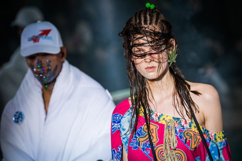 מביאה את המראה המלוכלך גם למסלול. תצוגת אופנה של ווסטווד (צילום: Gettyimages)