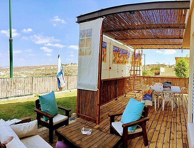 סוכה יפהפייה במרפסת של המדינה - פדואל