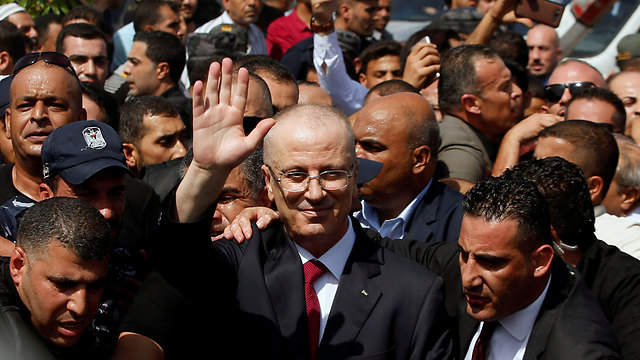 Hamdallah welcomed in Gaza (Photo: Reuters)