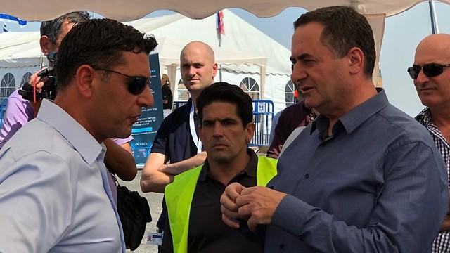 ישראל כץ, שר התחבורה, בשיחה עם מציגים במקום (גיא לוי) (גיא לוי)