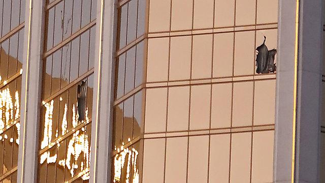 חלונות שבורים בקומה ה-32 של המלון (צילום: EPA)