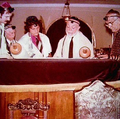 דיוויס סרויה (שלישי מימין) במסיבת בר המצווה שלו