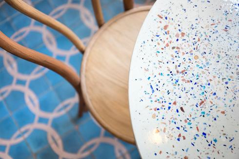 שולחנות עם משטח דמוי טראצו בגווני המקום - חום וכחול (צילום: שי אפשטיין)