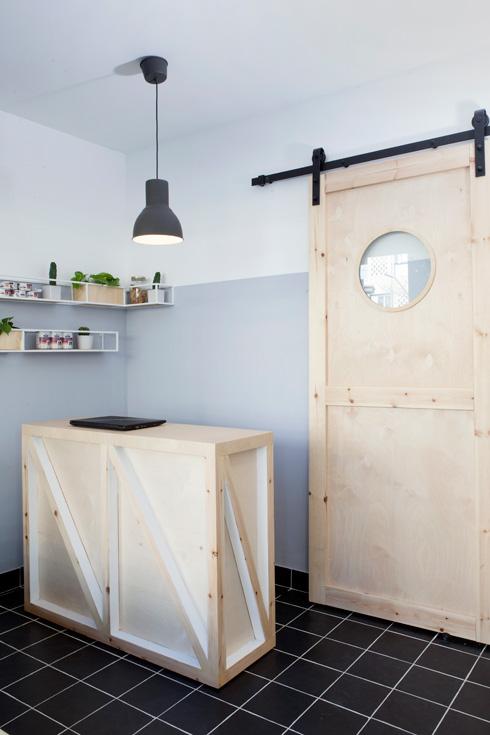 דלת הזזה מעץ מובילה לחדר הטיפולים (צילום: הגר דופלט)