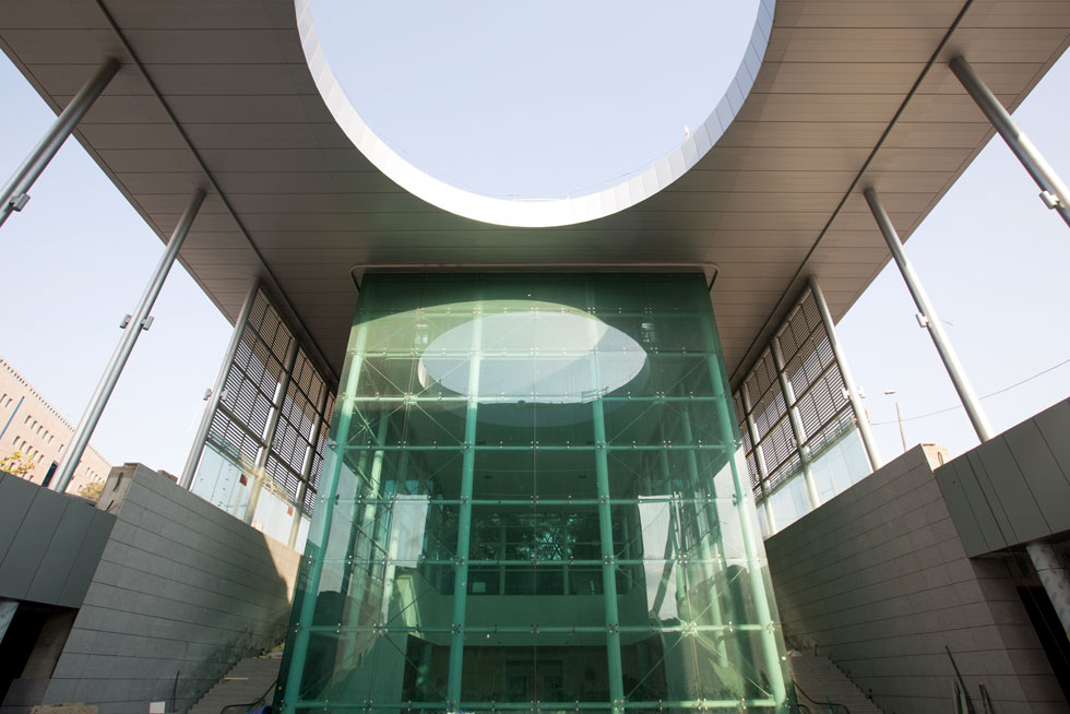 הכניסה ל''תחנת האומה'', הסמוכה לבנייני האומה ולגשר המיתרים. חור עגול בגג מעל קוביית זכוכית ירקרקה (צילום: דור נבו)