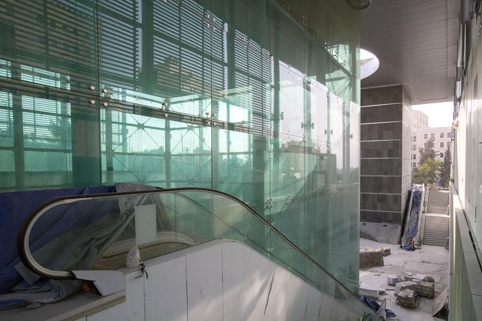 דרך קוביית הזכוכית ממשיכים במסע לבטן האדמה, אל הדרגנועים והמעליות (צילום: דור נבו)