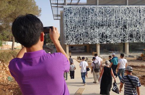 הכניסה לבניין החדש (צילום: מיכאל יעקובסון)