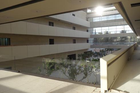 האגפים מתלכדים בקומת הכניסה (צילום: מיכאל יעקובסון)