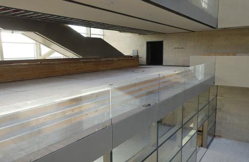 בכל קומה שולחן ארוך שמזמין לשבת לידו, לנוח או לעבוד (צילום: מיכאל יעקובסון)