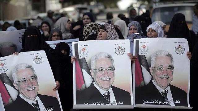 Gazans welcome the Ramallah delegation with photos of Abbas (Photo: AP) (Photo: AP)