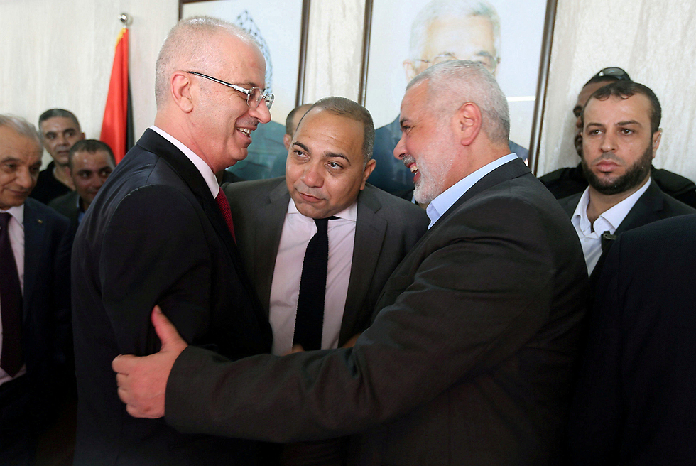 Palestinian Prime Minister Hamdallah meets with Hamas leader Haniyeh in Gaza (Photo: Reuters)