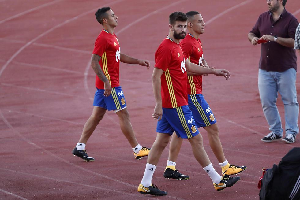 ג'רארד פיקה באימון נבחרת ספרד (צילום: EPA)