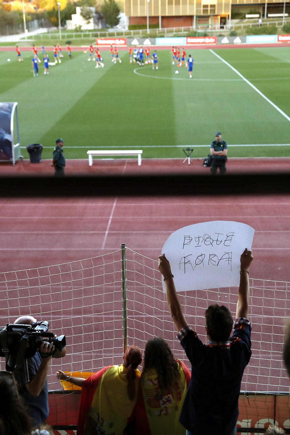 אוהד מפגין נגד פיקה באימון הנבחרת (צילום: EPA)