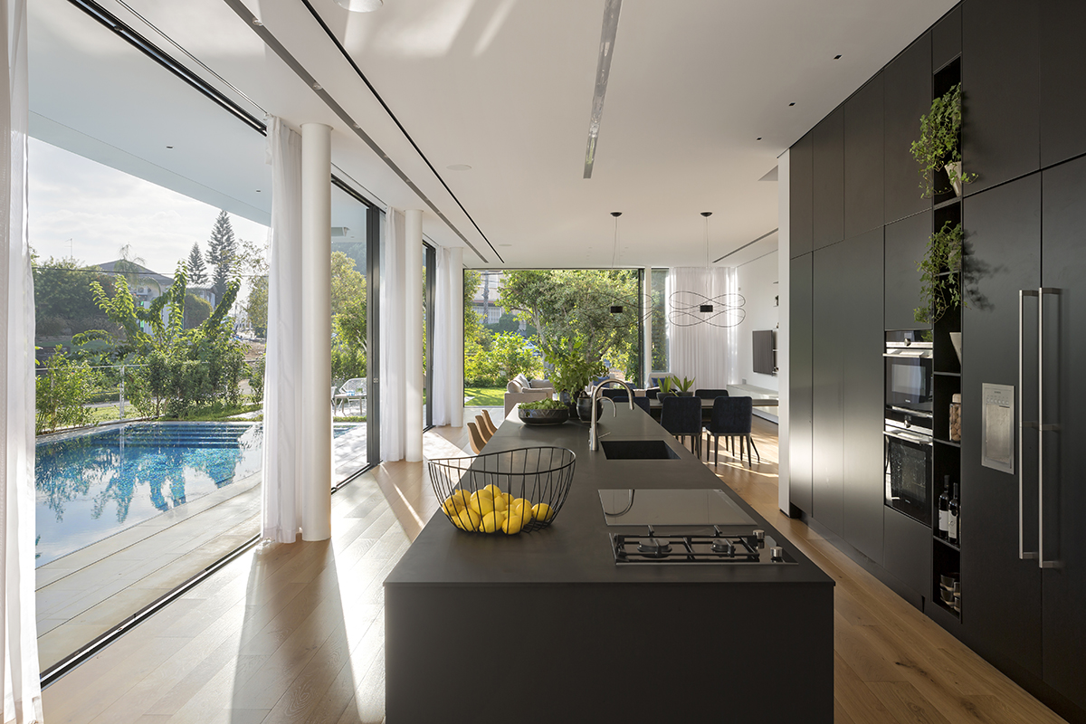 מטבח מקבילי. תכנון ועיצוב שחר-רוזנפלד אדריכלים (צילום: שי אפשטיין)