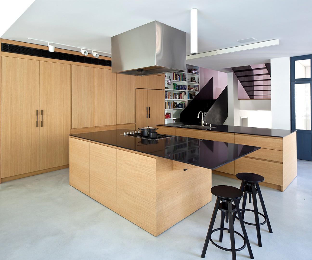 מטבח בסגנון מודרני, תכנון ועיצוב: לוי-חמיצר אדריכלים (צילום: עמית גרון)