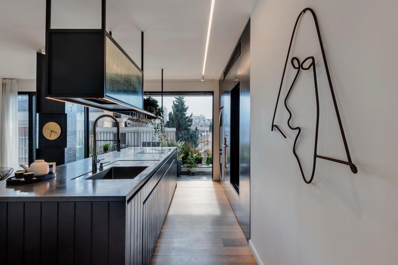 מטבח מקביל - מועדף על אדריכלים. עיצוב: דנה קושמירסקי ואושרי אבירים (צילום: עודד סמדר)