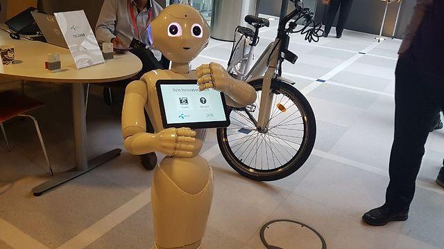 הרובוט שיזהה בני כמה אתם (צילום: ירון דרוקמן)