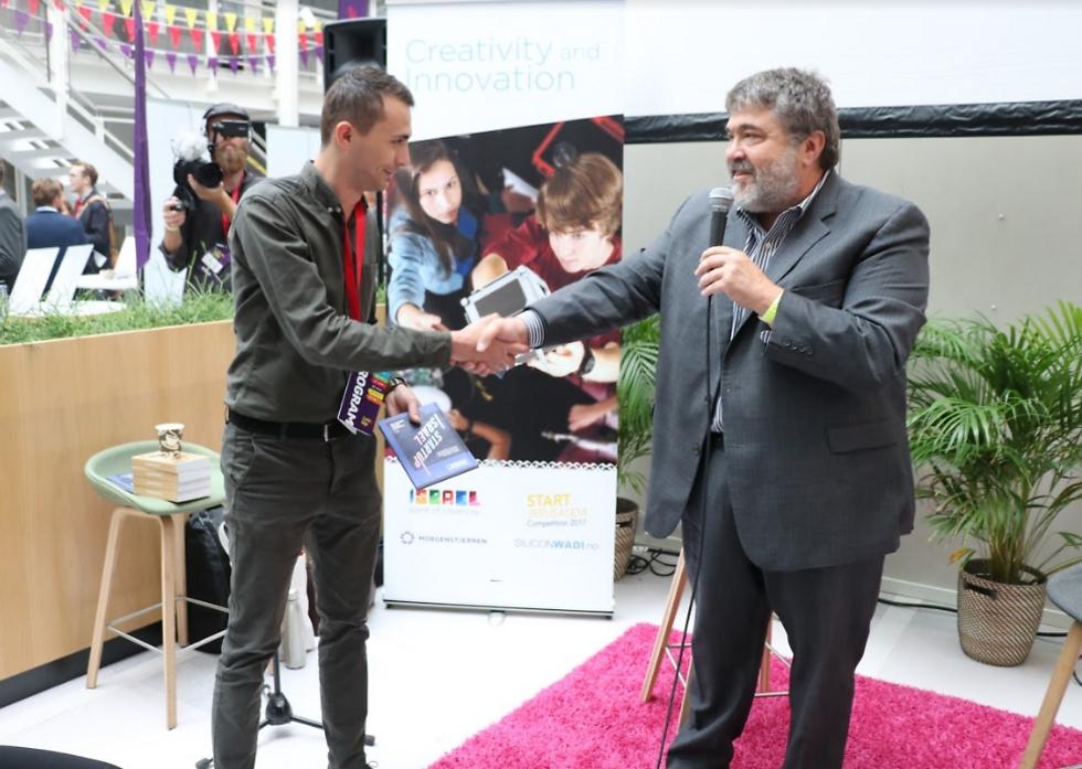ג'ון מדבד מעניק את הספר סטארט-אפ בישראל ליזם נורבגי (צילום: זאב ינאי, יחסי ציבור שגרירות נורבגיה )