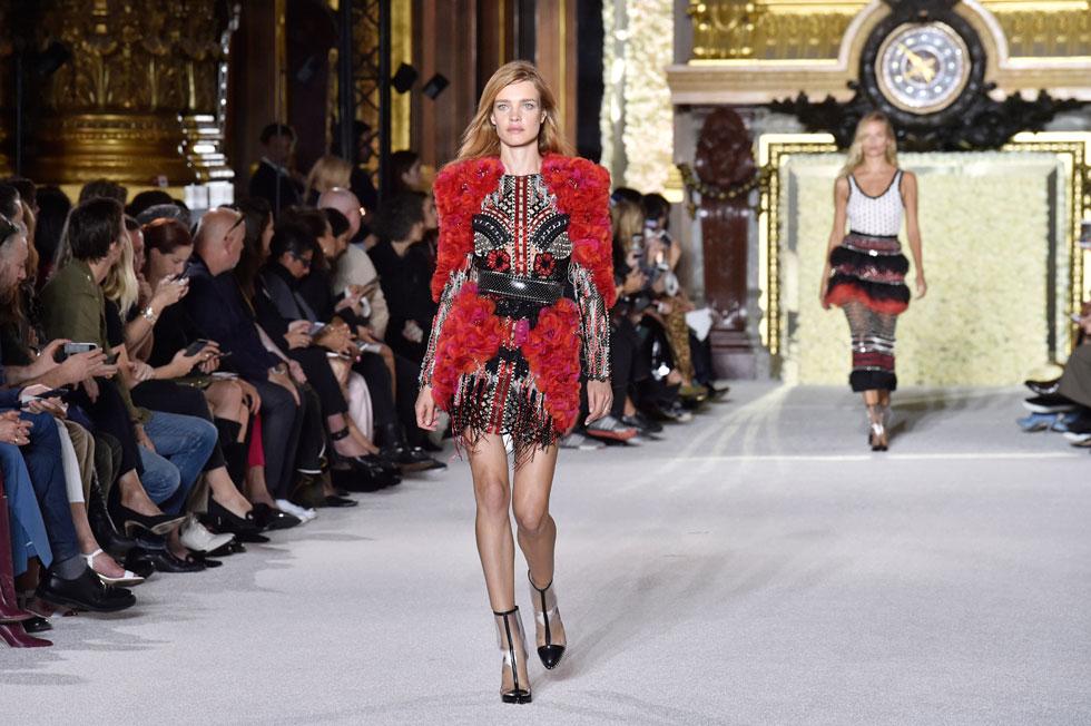 הדוגמנית נטליה וודיאנובה בתצוגת האופנה של בלמן (צילום: Gettyimages)