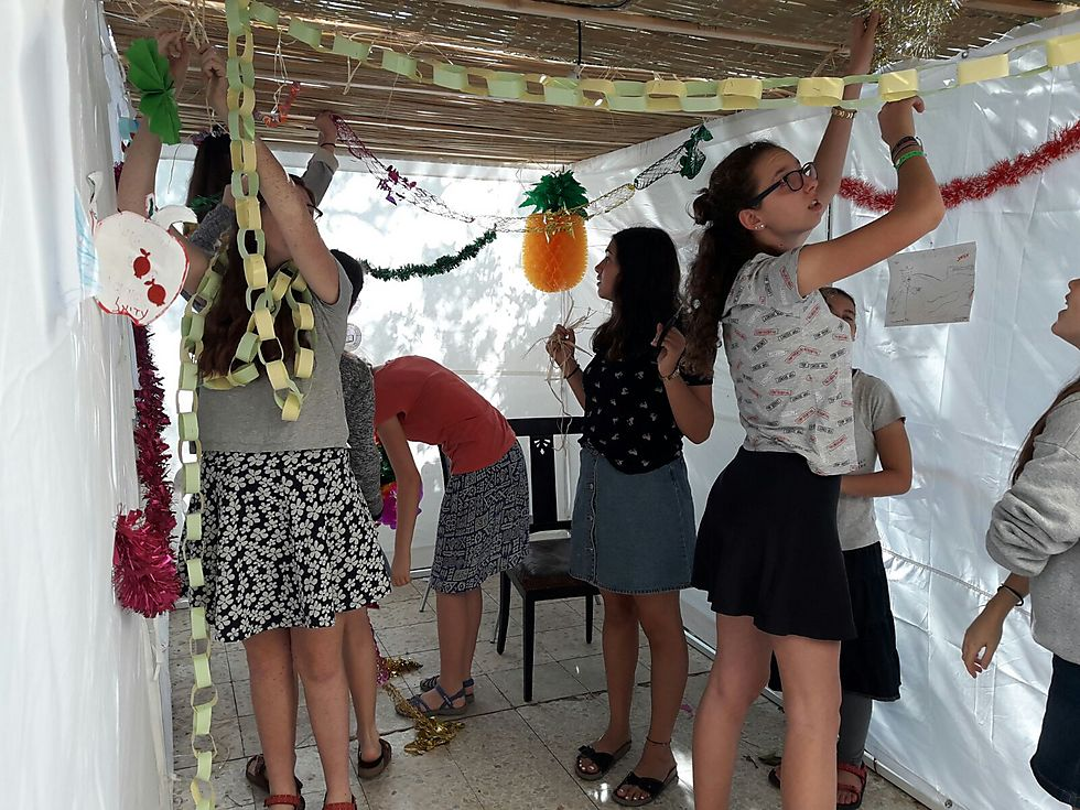 """גם בנות """"מדרשיית הרטמן"""" בירושלים מתנדבות בבניית סוכות למשפחות מעוטות יכולת, ועל הדרך חוות העצמה נשית"""