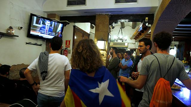 תומכי העצמאות של קטלוניה צופים בנאום המלך (צילום: AP) (צילום: AP)