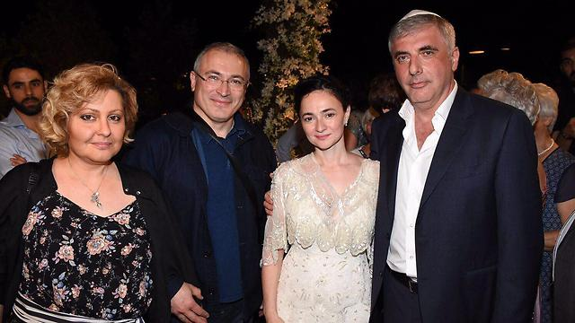 חודורקובסקי ורעייתו עם הזוג המאושר