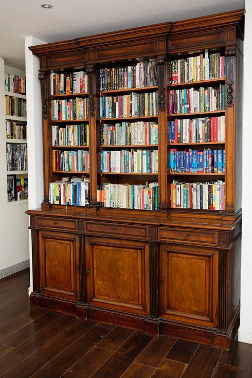 מדפים עמוסים בספרים בקומה הראשונה (צילום: ענבל מרמרי)