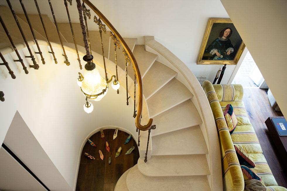 """""""ידעתי שאני רוצה שבקומת הכניסה יהיה חלל פתוח, ושלבית יהיה מראה ושיק פריזאי, ושלמרות זאת, אני רוצה שזה יהיה בית, לא מוזיאון"""" (צילום: ענבל מרמרי)"""